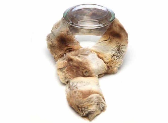 Modischer Schal aus Kunstpelz in der Farbe chinchilla hell