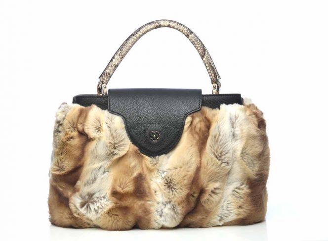 Modisches Handtaschen Cover aus Kunstpelz in der Farbe Chinchilla hell