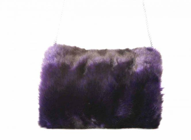 Modischer Muff aus Kunstpelz in der Farbe lila
