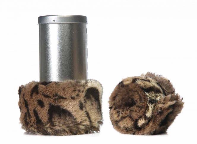 Modische Beinstulpe aus Kunstpelz im Ozelot Stil