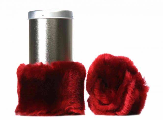 Modische Beinstulpe aus Kunstpelz in der Farbe Dunkelrot