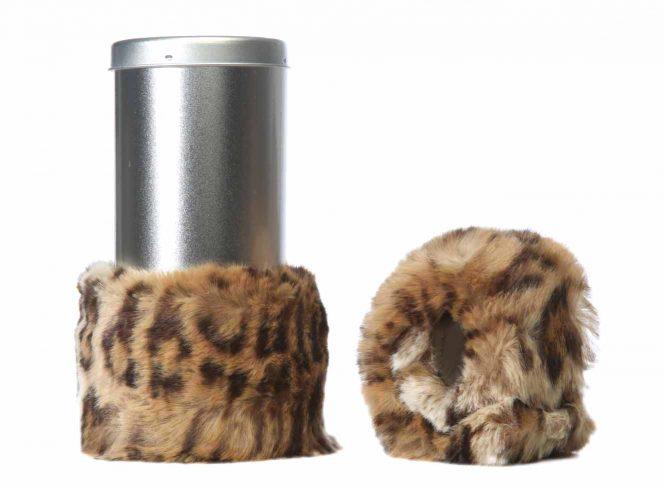 Modische Beinstulpe aus Kunstpelz im Leopard Stil